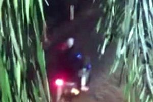 Báo tin gỗ lậu, phóng viên bị 2 kẻ bịt mặt đuổi chém