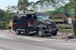 Xe 16 chỗ đâm vào xe container trên cao tốc Nội Bài-Lào Cai