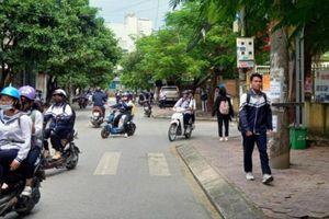 Bị CSGT xử lý, học sinh tự thuê xe máy đến trường bật khóc 'sợ bố mẹ biết'