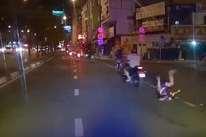 Người đàn ông chạy xe máy đột ngột tăng ga làm rơi bé trai xuống đường