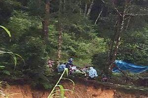 Bị lũ quét khi đang đi cầu treo, 2 du khách mất tích