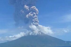 Núi lửa phun trào, dân Indonesia hoảng loạn tháo chạy