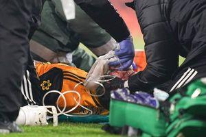 Tiền đạo Wolves phải thở oxy sau pha va chạm với David Luiz