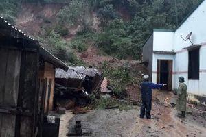 Sạt lở núi, 3 căn nhà bị vùi lấp