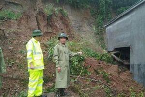 Đắk Lắk: Sạt lở núi khiến 3 ngôi nhà bị vùi lấp