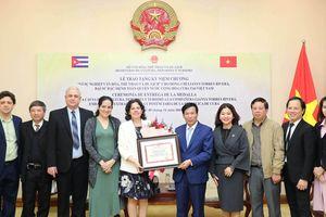 Trao tặng Kỷ niệm chương Vì sự nghiệp Văn hóa, Thể thao và Du lịch cho Đại sứ Cuba tại Việt Nam