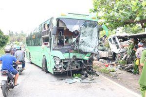 Xe đầu kéo va chạm với xe khách khiến nhiều người bị thương