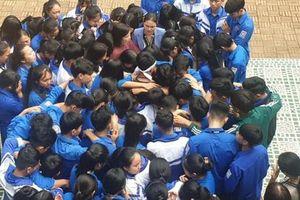 Học sinh và thầy cô ôm nhau khóc giữa sân trường, sự thật khiến nhiều người nghẹn ngào