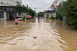 Dân Nha Trang 'vật lộn' di chuyển trên những con đường ngập chìm trong nước