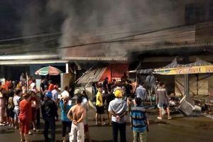 Tiền Giang: Sau 3 tiếng nổ lớn, cửa hàng điện tử cháy dữ dội trong đêm tối