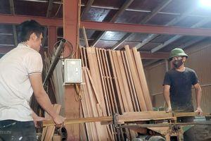 Những người thợ ở làng mộc Yên Lạc hối hả với nghề