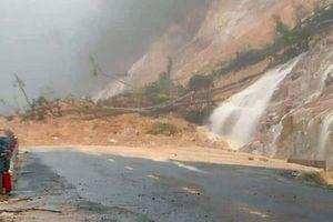 Đèo Khánh Lê sạt lở, nước từ vách núi đổ xuống như thác
