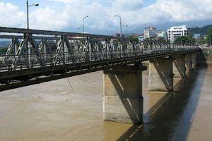 Lào Cai: Nam thanh niên nhảy xuống sông Hồng giữa đêm nghi thất tình