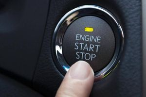 Bấm nút khởi động ô tô khi xe đang chạy, hậu quả thế nào?