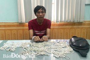 Bắt khẩn cấp đối tượng đột nhập tiệm bạc trộm hơn 160 sợi dây chuyền