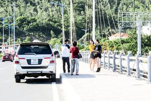 Dừng xe trên cầu để chụp ảnh