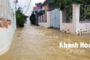Mưa lớn kéo dài, nhiều nơi ở Nha Trang bị ngập