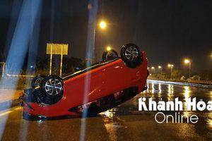 Tránh xe máy, ô tô 5 chỗ bị lật trên đại lộ Võ Nguyên Giáp