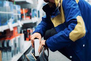 Tiện tay nhặt chiếc kìm, đột nhập cửa hàng Hoàng Hà mobile trộm 26 điện thoại giá trị hơn 600 triệu đồng