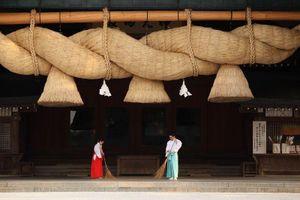 Tại sao đền thờ ở Nhật Bản luôn treo những sợi dây thừng khổng lồ?