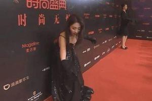 Người đẹp Hình Phi bị rơi tóc giả trên thảm đỏ