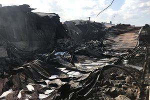 Cháy lớn nhà xưởng trong khu dân cư ở Bình Dương