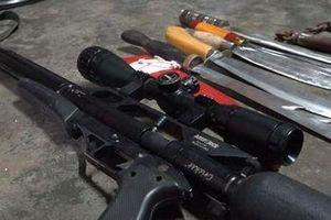 Phát hiện súng tự chế và nhiều hung khí khi khống chế đối tượng 'ngáo' đá