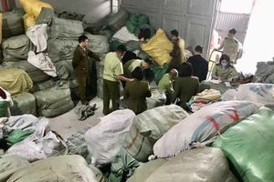 Tạm giữ 28,3 tấn quần áo nhập lậu chuẩn bị rao bán qua mạng