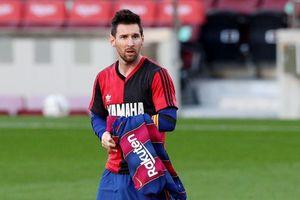 Tưởng nhớ tiền bối Maradona, Messi và Barca bị phạt