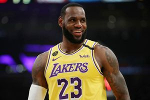 LeBron James nhận lương 85 triệu USD khi ở lại Lakers