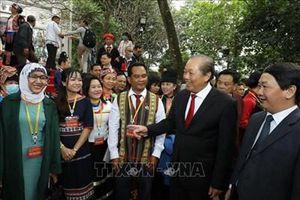 Đoàn đại biểu dự Đại hội toàn quốc các dân tộc thiểu số lần thứ II dâng hương tưởng niệm các Vua Hùng