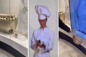 Chiếc máy bán socola tự động khiến du khách chờ dài cổ