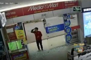 Clip: Mải xem điện thoại, chàng trai tông vỡ cửa kính