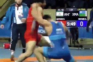 Đang đấu vật, hai võ sĩ bỗng chuyển sang đấm nhau tạo thành khung cảnh hỗn loạn