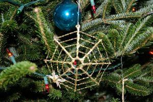 Tập tục dùng mạng nhện để trang trí cây thông Noel