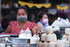 Người dân đeo khẩu trang trong các khu chợ TP.HCM