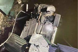 Hải Dương: Xe Mercedes lật ngửa dưới kênh, tài xế tử vong