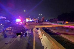 Thót tim máy bay hạ cánh khẩn cấp ngay trên đường cao tốc ở Mỹ