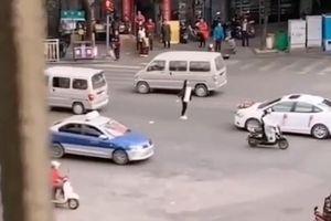 Cô gái lao ra giữa đường chặn xe hoa, quyết không cho bạn trai cũ lấy vợ
