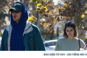 Kaia Gerber lộ vẻ mặt tâm trạng khi sải bước trên phố cùng bạn trai