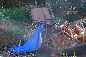 Bình Phước: Sập cầu Suối Mum khi chiếc máy cày chở củi đi qua