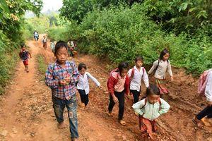 Những đứa trẻ đi tìm chữ giữa đêm trên đỉnh núi