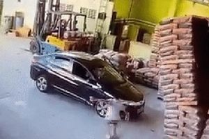 Kinh hoàng khoảnh khắc hàng trăm bao xi măng đổ sập xuống chiếc ô tô đang có người ngồi bên trong