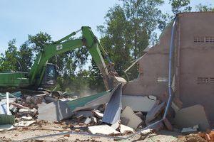Đập bỏ hai công trình xây dựng trái phép ở Phú Quốc