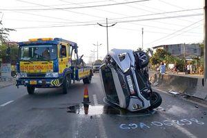 Ô tô lao vào dải phân cách lật ngang trên đường, 2 người thoát chết