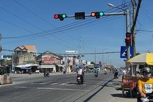 Đèn tín hiệu giao thông 'kỳ cục' trên QL1A