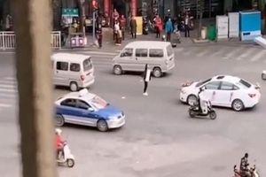 Cô gái chặn xe hoa, quyết không cho bạn trai cũ lấy vợ