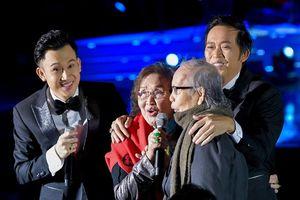 Dương Triệu Vũ bật khóc, cùng anh trai Hoài Linh hát tặng bố mẹ trong liveshow 'Dạ Nguyệt'