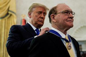 Trao huân chương cho đô vật 'vĩ đại', ông Trump nói: Tôi thắng 2-0