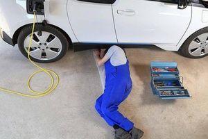 Nguy cơ thiếu thợ sửa ô tô điện trước ngưỡng cửa của thời kỳ xe chạy pin